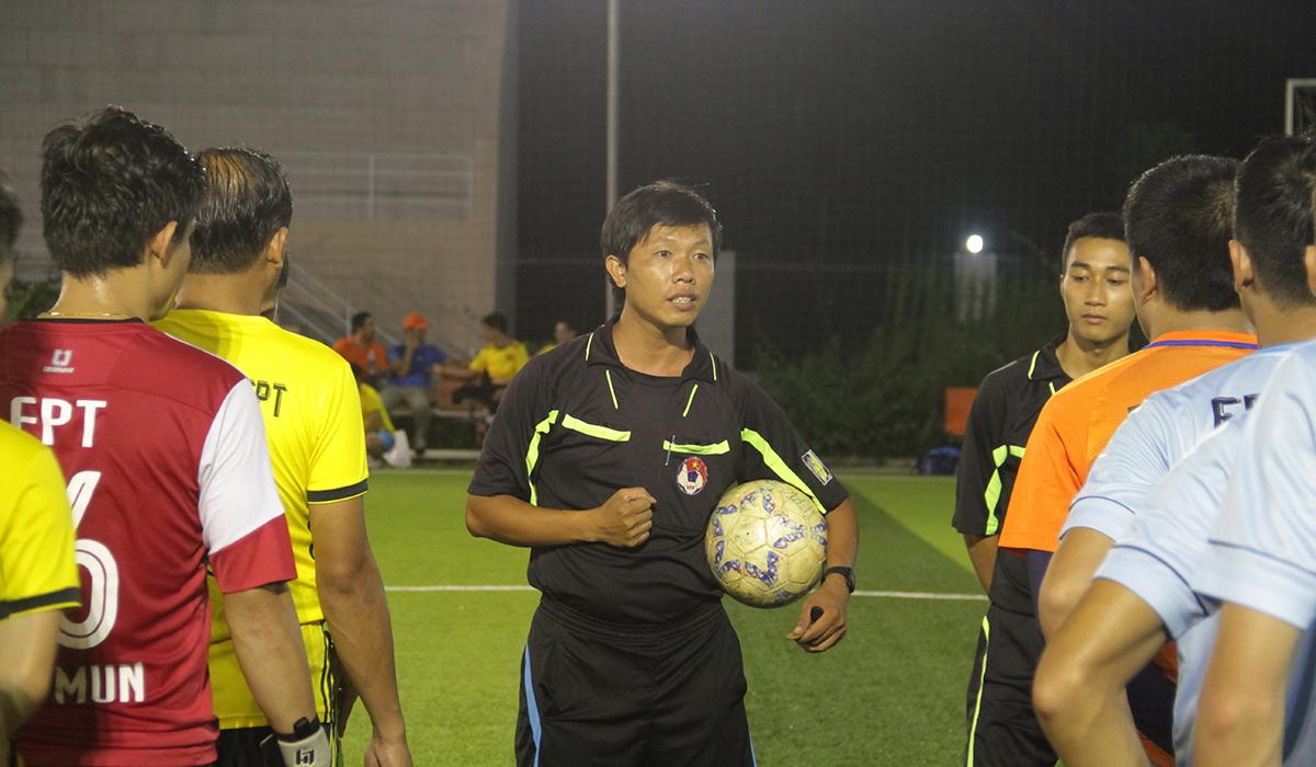 Do các cầu thủ FPT HCM không thường xuyên thi đấu sân 7 nên trọng tài phải phổ biến chi tiết luật. Đặc biệt, sân 7 người có luật việt vị 13m cần nắm rõ.