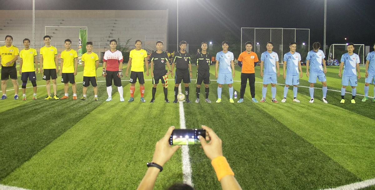 Hai đội làm thủ tục chào khán giả và bắt tay nhau trước khi thi đấu.