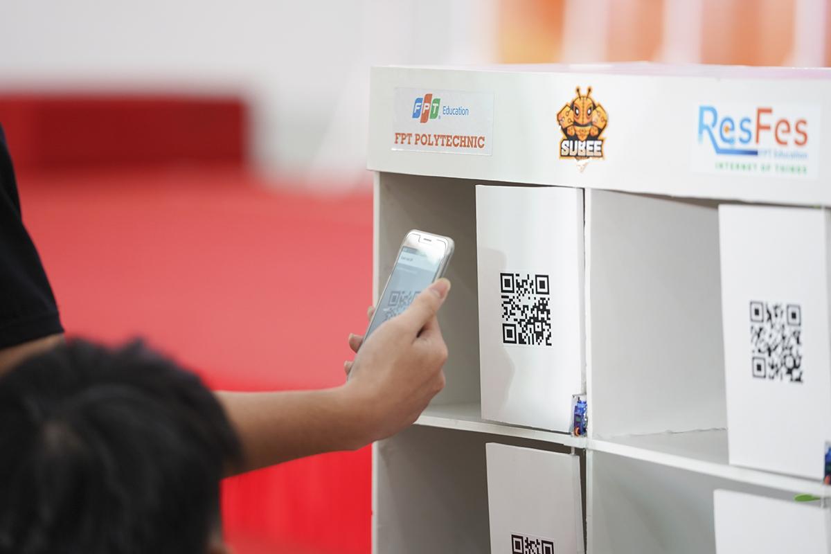 Hệ thống còn giúp Phòng Đào tạo ghi nhận thông tin điểm danh hoặc quản lý ra vào qua QR Code. Sinh viên sẽ quét QR Code để được điểm danh vào lớp, giảng viên kiểm tra và duyệt bảng điểm danh trước khi gửi thông tin lên server.