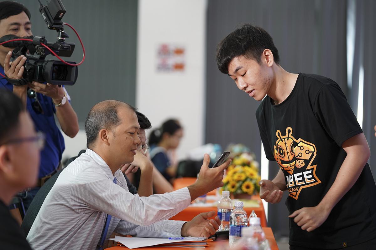 Đội thi tiếp tục giải thích cách thức vận hành ứng dụng trên smartphone trước Ban Giám khảo trong phần phản biện đề tài.