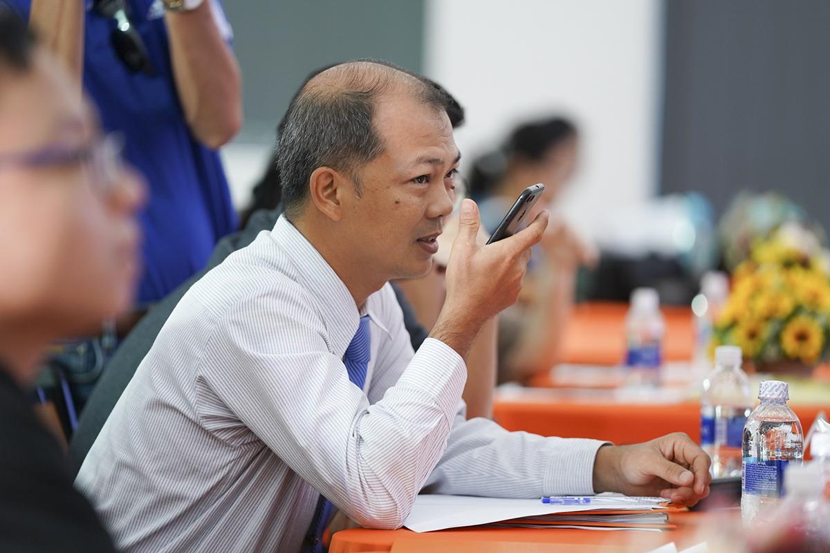 Đại diện BGK - thầy Trần Nguyên Bảo Trân (Trưởng bộ môn Cơ Điện tử, Cao đẳng Lý Tự Trọng, TP HCM) sử dụng giọng nói để điều khiển mô hình sản phẩm.