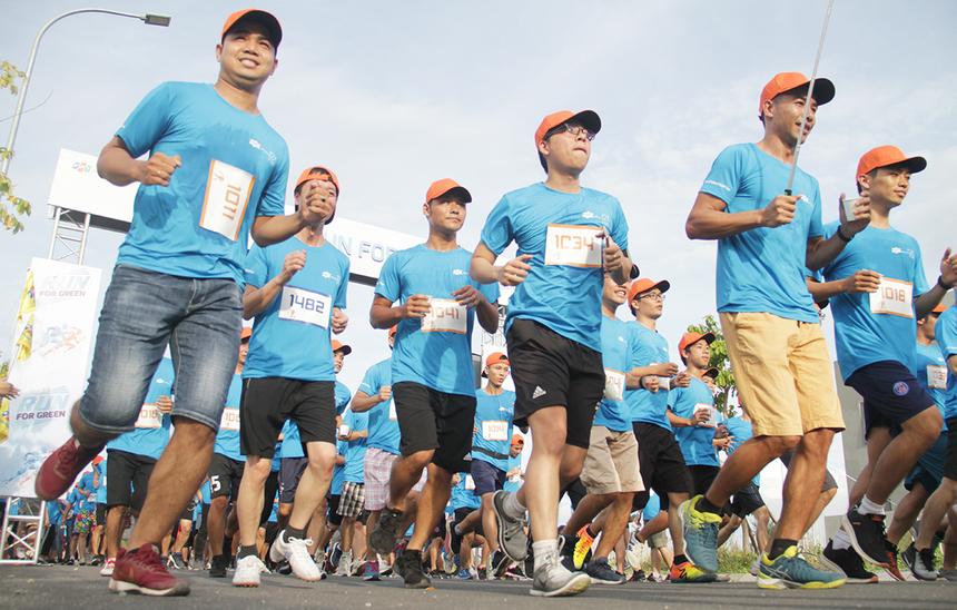 Vận động viên (VĐV) thử sức đường chạy quanh khu vực FPT City, quận Ngũ Hành Sơn. Thời tiết mát kèm theo đường chạy được phủ cây xanh, nên VĐV cảm thấy tự tin hơn khi chạy.