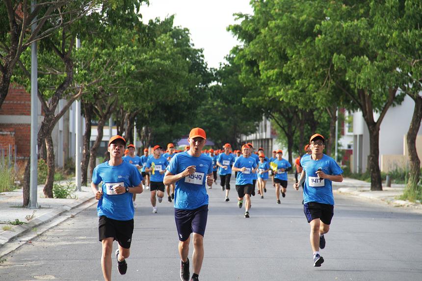 Khi chạy bộ, một loạt các hoạt động của cơ thể từ trong ra ngoài sẽ hoạt động liên tục, từ cử động của đôi chân, hông, tay, cánh tay, hệ thống tuần hoàn, tuyến mồ hôi nhịp thở….
