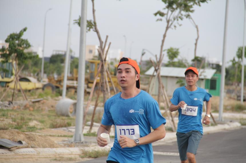 Các VĐV nam ở cự 3,9km vẫn nỗ lực để hoàn thành đường chạy.