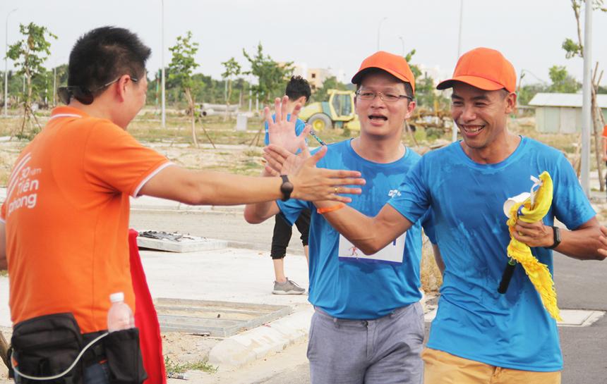 Dù rất mệt nhưng COO FPT Software Trần Đăng Hòa vẫn cố gắng về đích ở cự ly 6,9km. Anh cho biết chạy giúp con người tăng khả năng sáng tạo cũng như rèn luyện tính kiên nhẫn, khả năng tập trung và sự bền bỉ...