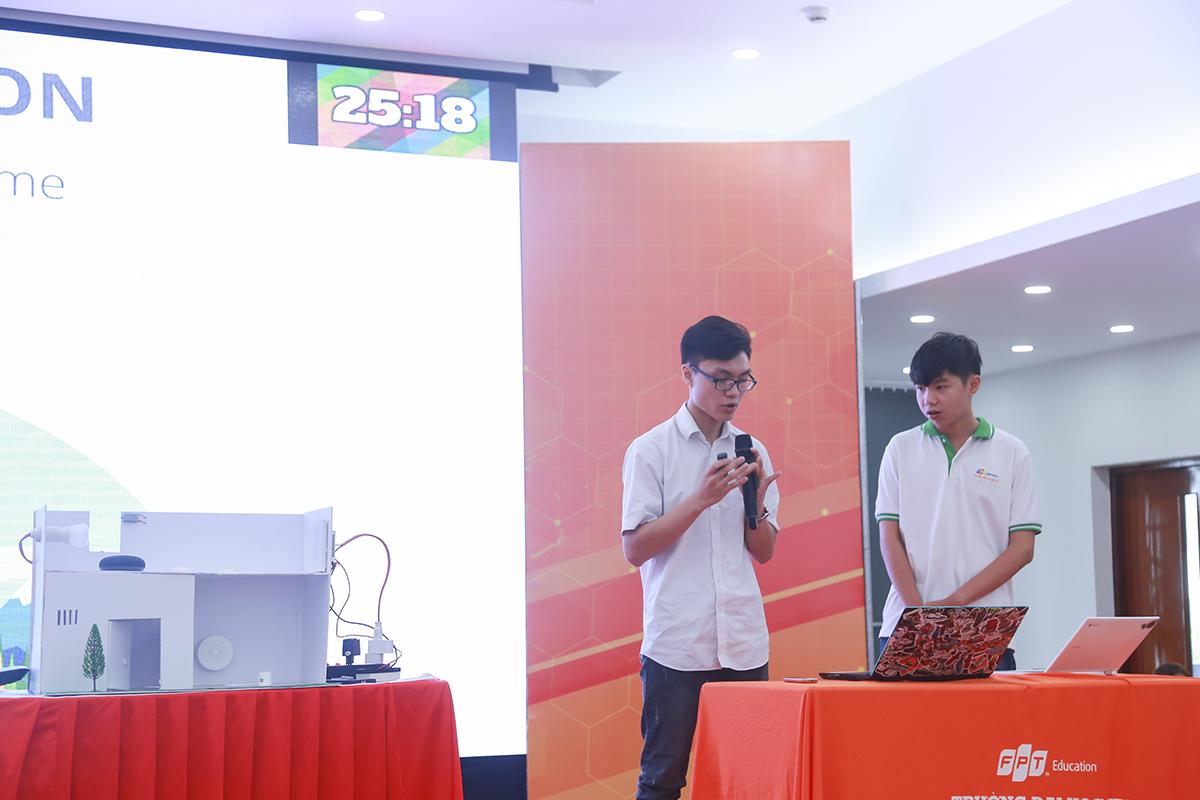 Là đội thi nhỏ tuổi nhất góp mặt tại chung kết IoT Showcase Contest, hai bạn Lê Thanh Tùng và Nguyễn Việt Hoàng mang tới cuộc thi mô hình nhà thông minh có thể giúp điều khiển các thiết bị điện tử trong nhà bằng Tiếng Việt.