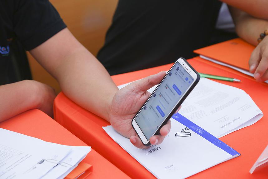 Ban giám khảo thử vận hành hệ thống bằng nhiều cách như: chatbot, messenger... Tuy nhiên ứng dụng