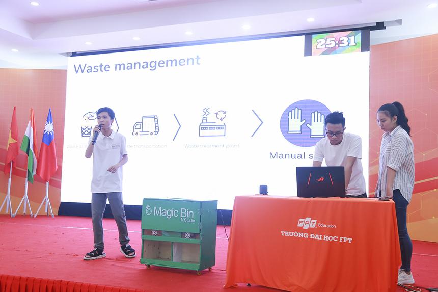 Là đội thi cuối cùng, ba sinh viên năm nhất ĐH FPT HCM Trần Lê Duy, Nguyễn Mậu Hiếu, Lưu Diệu Hoa đã trình bày sản phẩm Magic - dụng cụ góp phần phân loại rác trước khi đem đi tái chế.