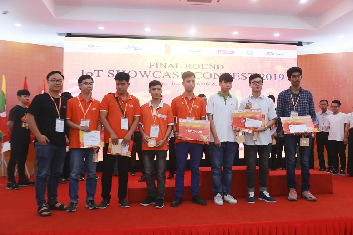 Home Assistant (THPT FPT Đà Nẵng), Home Automation (Cao đẳng FPT Polytechnic Đà Nẵng) và Phát hiện người đội mũ bảo hiểm bằng thuật toán Yolo (Đại học kỹ thuật Thiagarajar, Ấn Độ) là 3 đề tài giành giải khuyến khích.