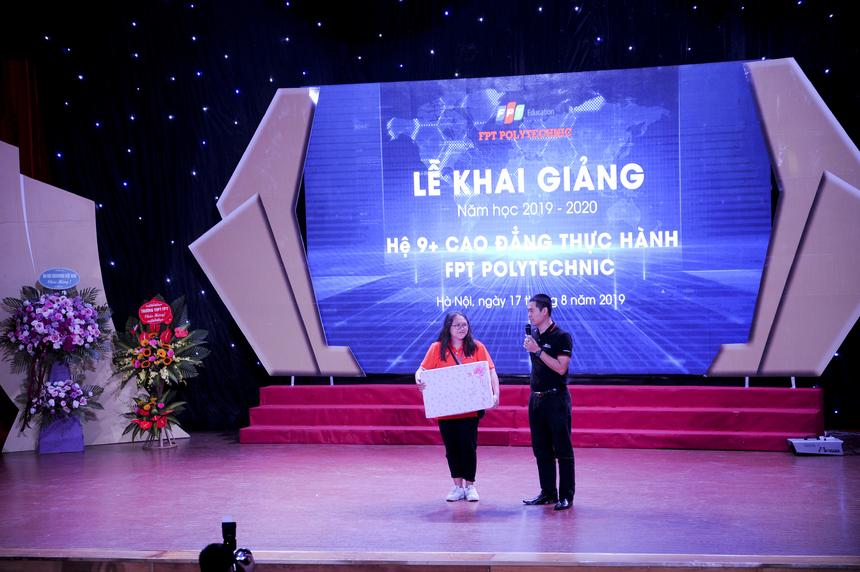Anh Vũ Chí Thành trao món quà đặc biệt cho sinh viên đầu tiên nhập học Hệ 9+.