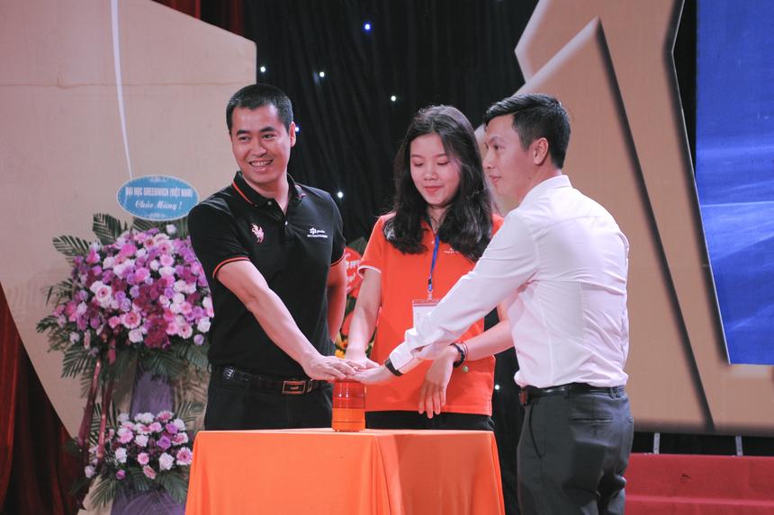 Giám đốc FPT Polytechnic Vũ Chí Thành, Giám đốc điều hành Hệ 9+ Bùi Quang Hùng và một tân sinh viên đại diện Hệ 9+ cùng nhau thực hiện nghi thức ấn chuông khai giảng năm học mới.