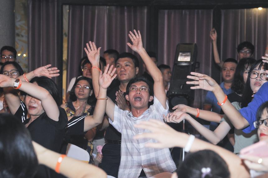 """Anh Nguyễn Việt Khoa - cựu giảng viên của FPT Aptech - xúc động hòa giọng theo ca khúc """"Aptech ca"""", một bài hát lịch sử do nhạc sĩ Trương Quý Hải cùng sinh viên Aptech đặt lời việt và từng được thể hiện bởi Rocker huyền thoại Trần Lập. Anh Khoa chia sẻ mọi năm các anh đểu hẹn gặp nhau vào mỗi dịp 20-11. Nhưng hôm nay mọi thứ có vẻ đặc biệt hơn, khi anh được gặp lại cả những sinh viên cũ, có những người đã mười mấy năm nhưng anh vẫn nhận ra được."""