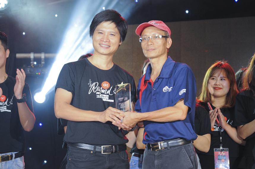 Anh Nguyễn Khắc Thành trao món quà là cho thế hệ mới của Aptech như một sự chuyển giao đầy niềm tin và hy vọng vào tương lai có nhiều lần 20 năm nữa của FPT Aptech.