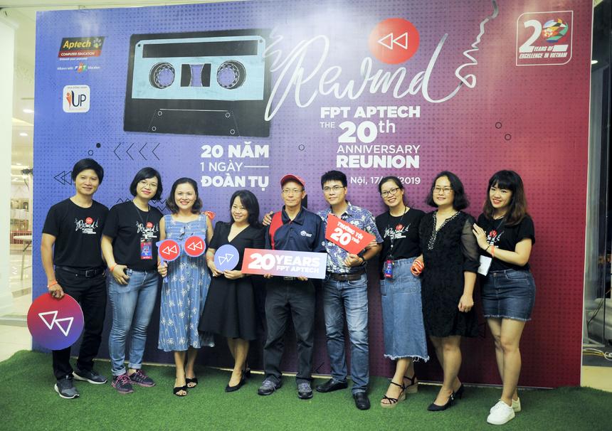 """Tối 17/8, FPT Aptech tổ chức đêm nhạc hội mang tên """"REWIND - FPT Aptech 20 năm"""" với sự hiện diện của ba thế hệ """"quá khứ, hiện tại và tương lai"""". Đây là chương trình đặc biệt để tái hiện con đường 20 năm FPT Aptech tại Việt Nam, từ những viên gạch đầu tiên cho đến hai thập kỷ phát triển đầy thăng trầm và khẳng định tên tuổi trên bản đồ giáo dục nước nhà. Rất nhiều gương mặt là những """"công thần"""" gây dựng FPT Aptech năm 1999 đã có mặt tại đêm nhạc như anh Nguyễn Khắc Thành - Giám đốc đầu tiên của FPT Aptech, chị Lê Thị Loan - cán bộ hành chính đầu tiên, anh Mai Thanh Long - Giám đốc Marketing đầu tiên, chị Ngô Thị Việt Nga - tư vấn viên đầu tiên..."""