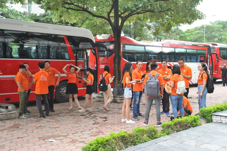 6h45, hơn 300 người tham gia từ 6 đơn vị: FPT Software, FPT IS, Synnex FPT, FPT Telecom, FPT Retail và Liên quân FHO có mặt tại Toà nhà FPT (17 Duy Tân, Cầu Giấy). Năm nay, BTC lựa chọn Asean resort là nơi vui chơi, hoạt động văn hoá, văn nghệ cho CBNV.