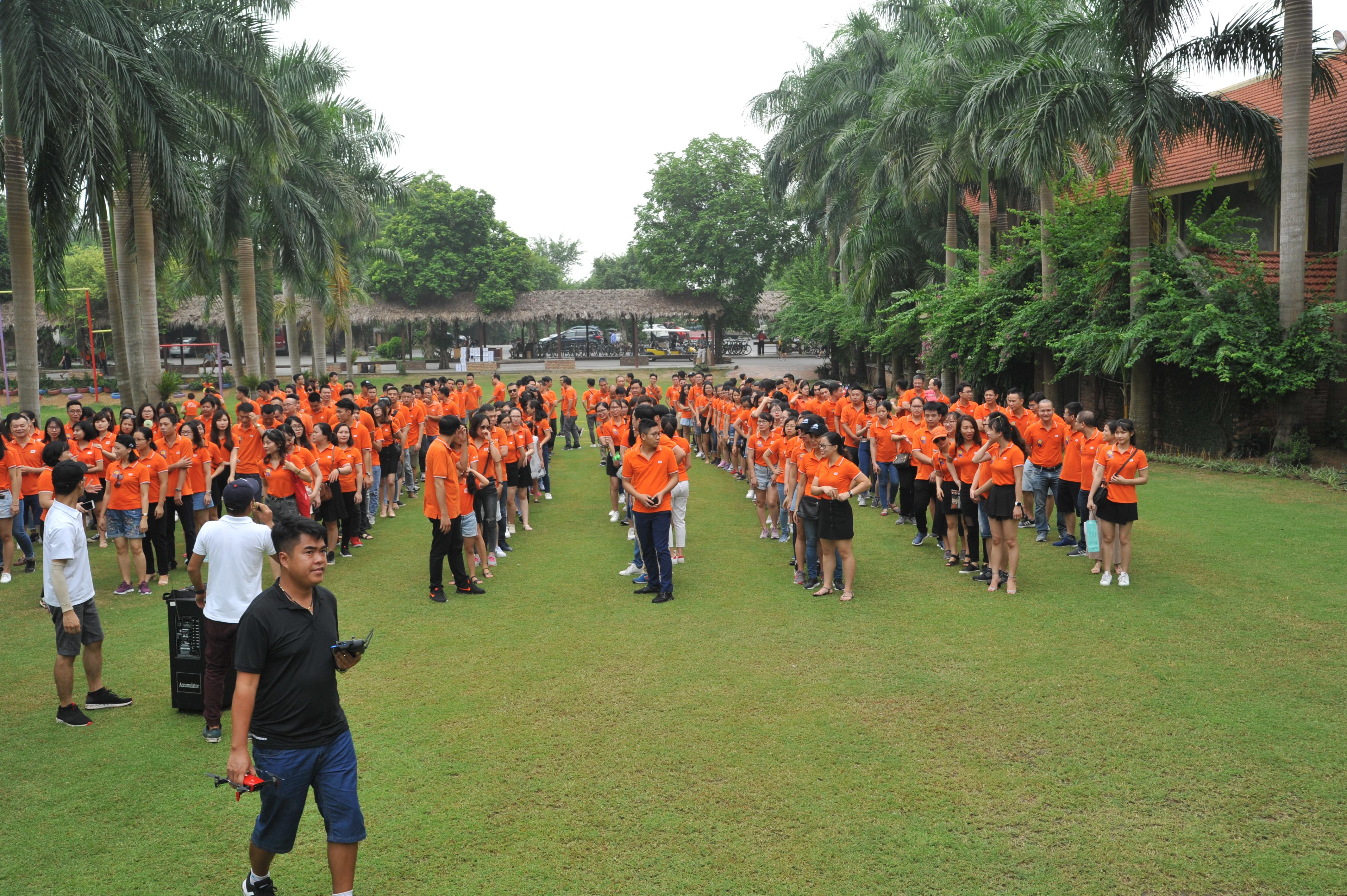 Sau 1 tiếng di chuyển, đoàn quân áo cam có mặt tại khu nghỉ dưỡng Asean để chuẩn bị tinh thần cho những hoạt động tập thể. Màu áo cam nổi bật trên sân cỏ rộng nhất khu nghỉ dưỡng khiến du khách tham quan cũng phải chú ý.