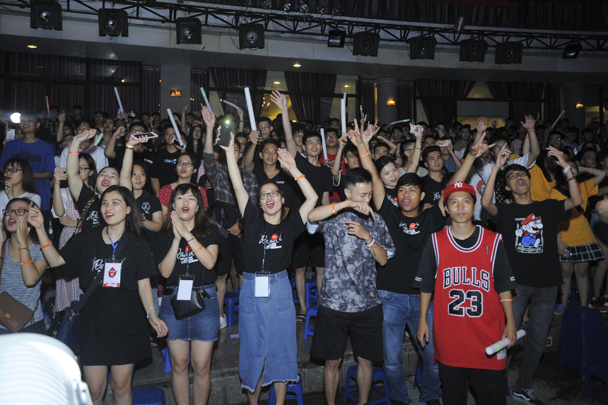 Cả khán đài không ngớt tiếng hò reo để cổ vũ cho sự hết mình của các ca sĩ trên sân khấu.