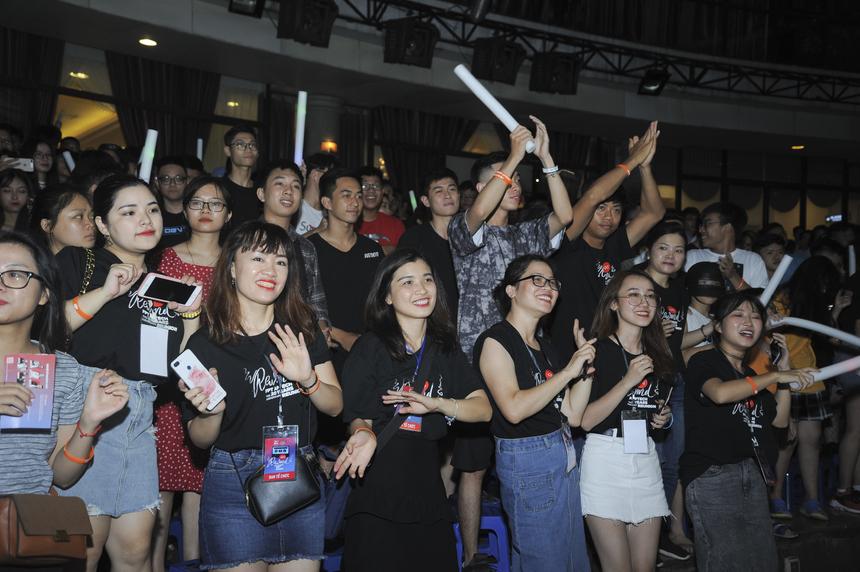 Theo tổng kết từ BTC, hơn 2.000 khán giả đã có mặt tại đêm nhạc kỷ niệm 20 năm FPT Aptech diễn ra tối 17/8 tại Cung Xuân, Võ Thị Sáu, Hà Nội.