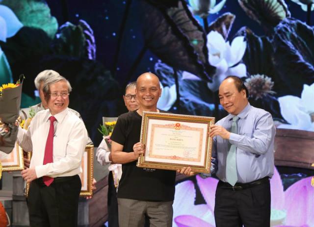 Anh Nguyễn Thành Nam nhận bằng khen từ Thủ tướng.