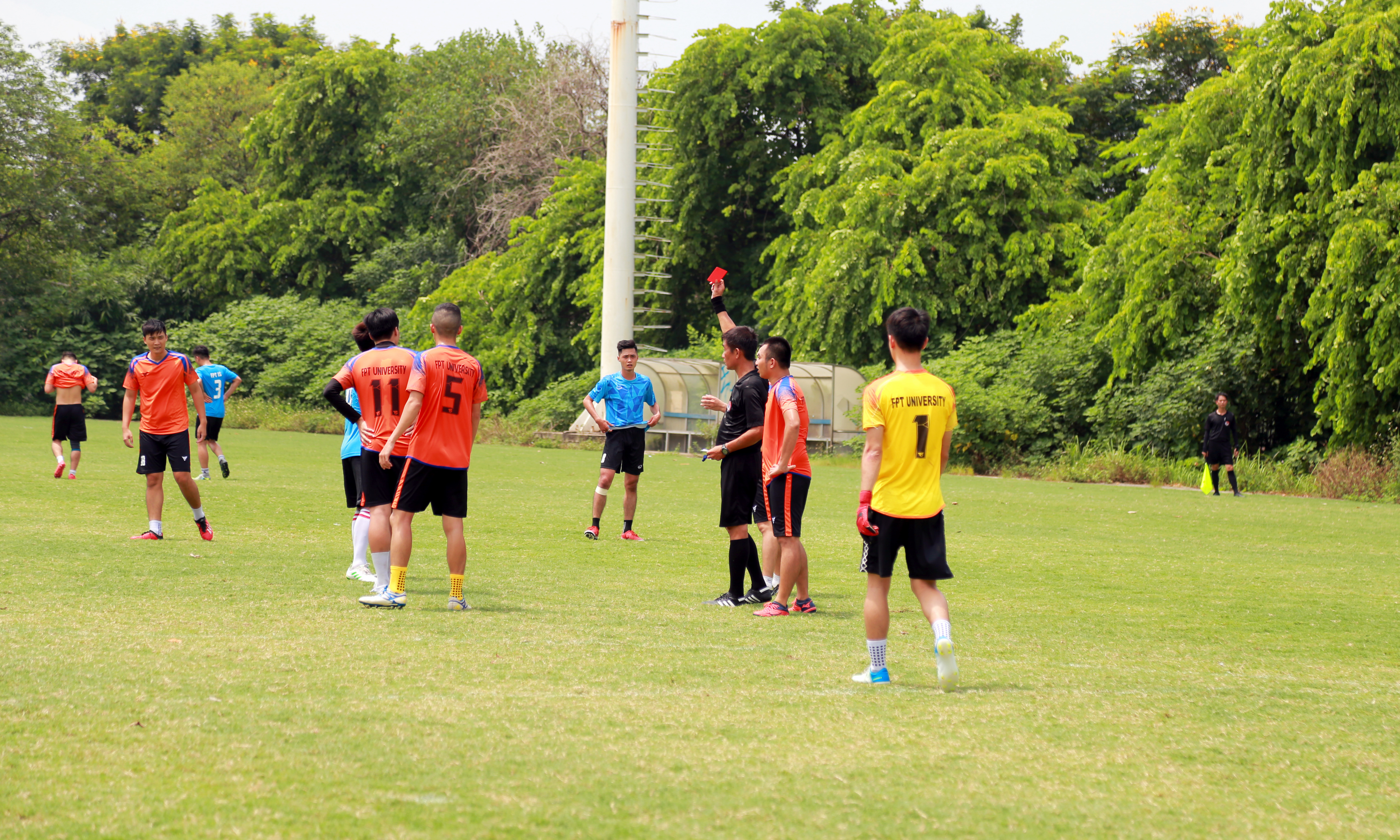 Trận đấu diễn ra nhiều pha tranh chấp nảy lửa, với 6 thẻ vàng được trọng tài rút ra. Trong đó, đến giữa hiệp 2, cầu thủ số 9 Nguyễn Nam Anh (FPT IS) và cầu thủ số 20 của FPT Education đều bị 2 thẻ vàng và nhận thẻ đỏ gián tiếp. Mỗi đội chỉ còn 10 cầu thủ trên sân.