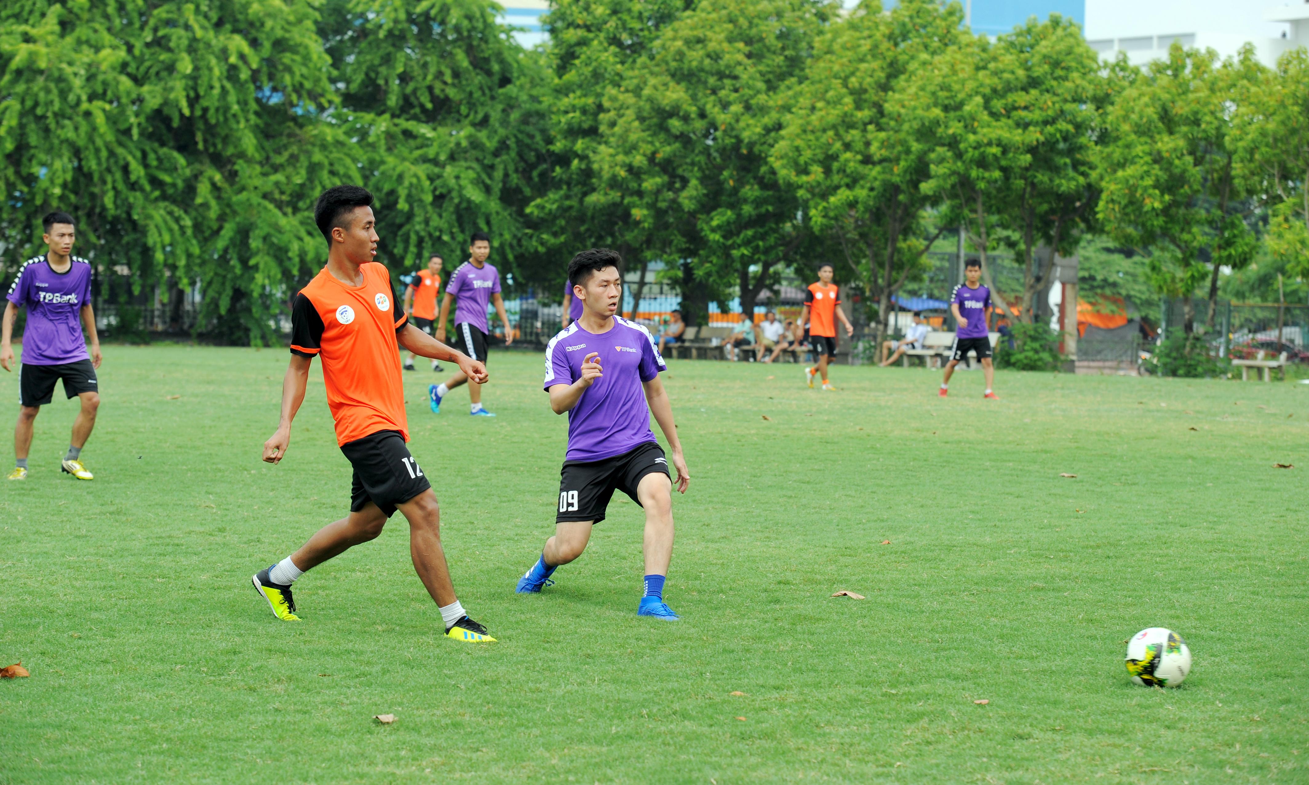 Sáng 18/8, tại sân tập Khu liên hợp Thể thao Quốc gia Mỹ Đình, Hà Nội, vòng 2 giải bóng đá FPT Cup diễn ra giữa 2 cặp đấu: FPT Telecom và TP Bank, FPT IS gặp FPT Education. Trận đầu tiên là màn tranh tài bất phân thắng bại giữa FPT Telecom và TP Bank.