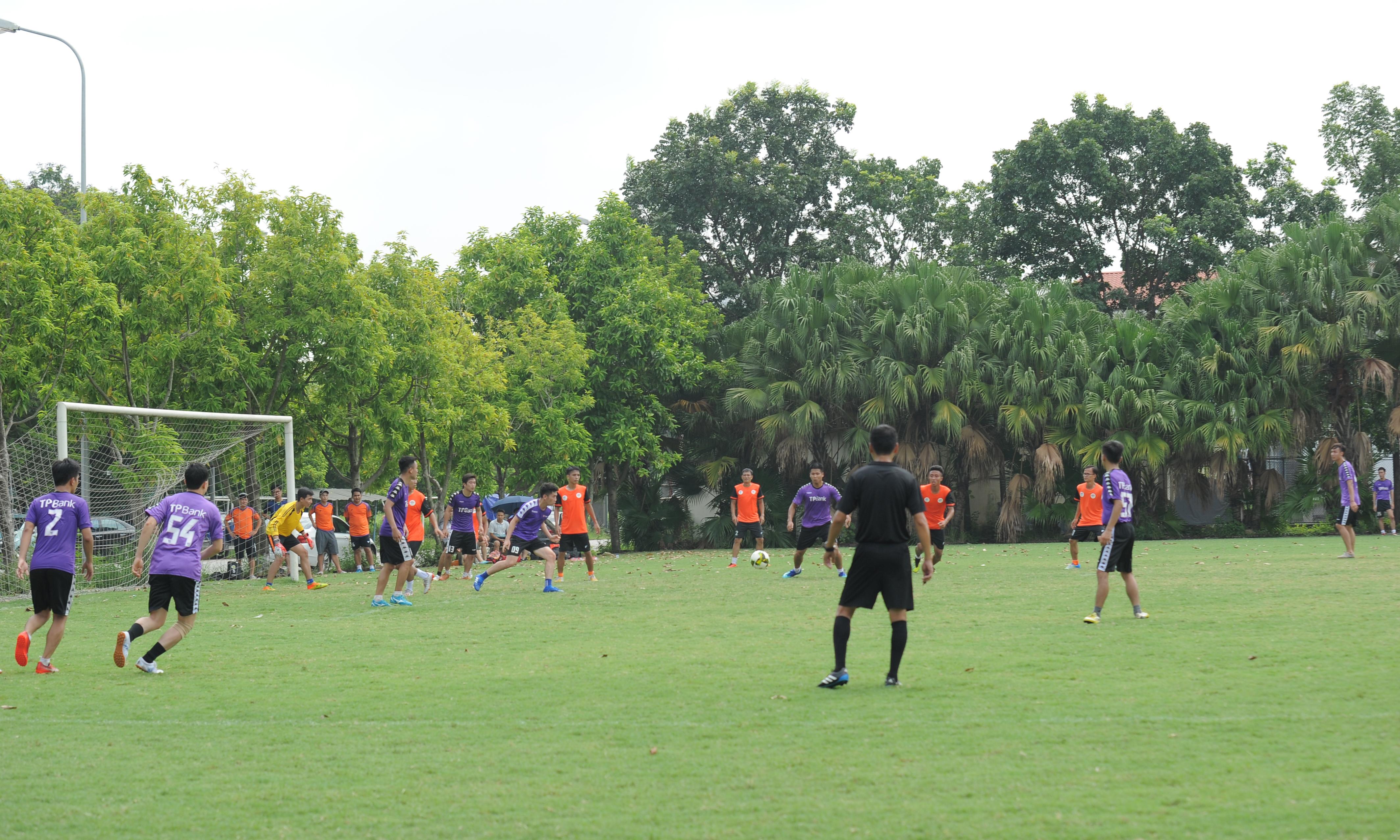 Đội FPT Telecom trong trang phục áo cam, còn TP Bank mặc áo tím. FPT Telecom quyết tâm giành chiến thắng trong trận đấu này do trong loạt trận khai mạc giải đấu, nhà 'Cáo' đã để thua nhà Giáo dục với tỷ số 0-2. Vì vậy, ngay sau tiếng còi khai cuộc, các cầu thủ áo cam đã dâng cao đội hình, tràn hết sang sân TP Bank để gây sức ép cho đối phương, tìm kiếm bàn thắng.