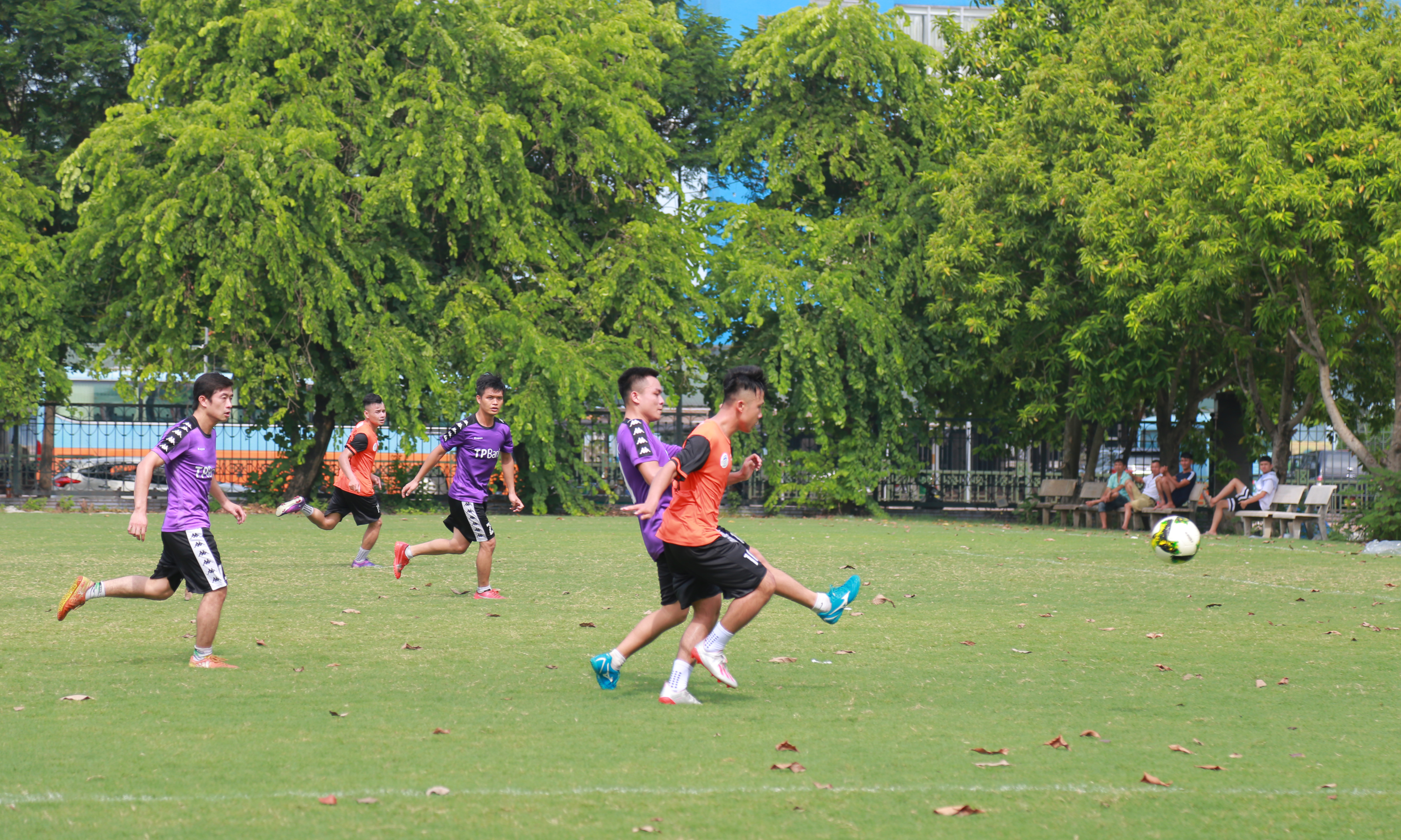 Các cầu thủ TP Bank cũng nhiều lần triển khai các đường tấn công sang sân đối phương nhưng sự phối hợp ở hàng tiền đạo chưa được ăn ý nên các pha dứt điểm không đưa được bóng vào khung thành FPT Telecom.