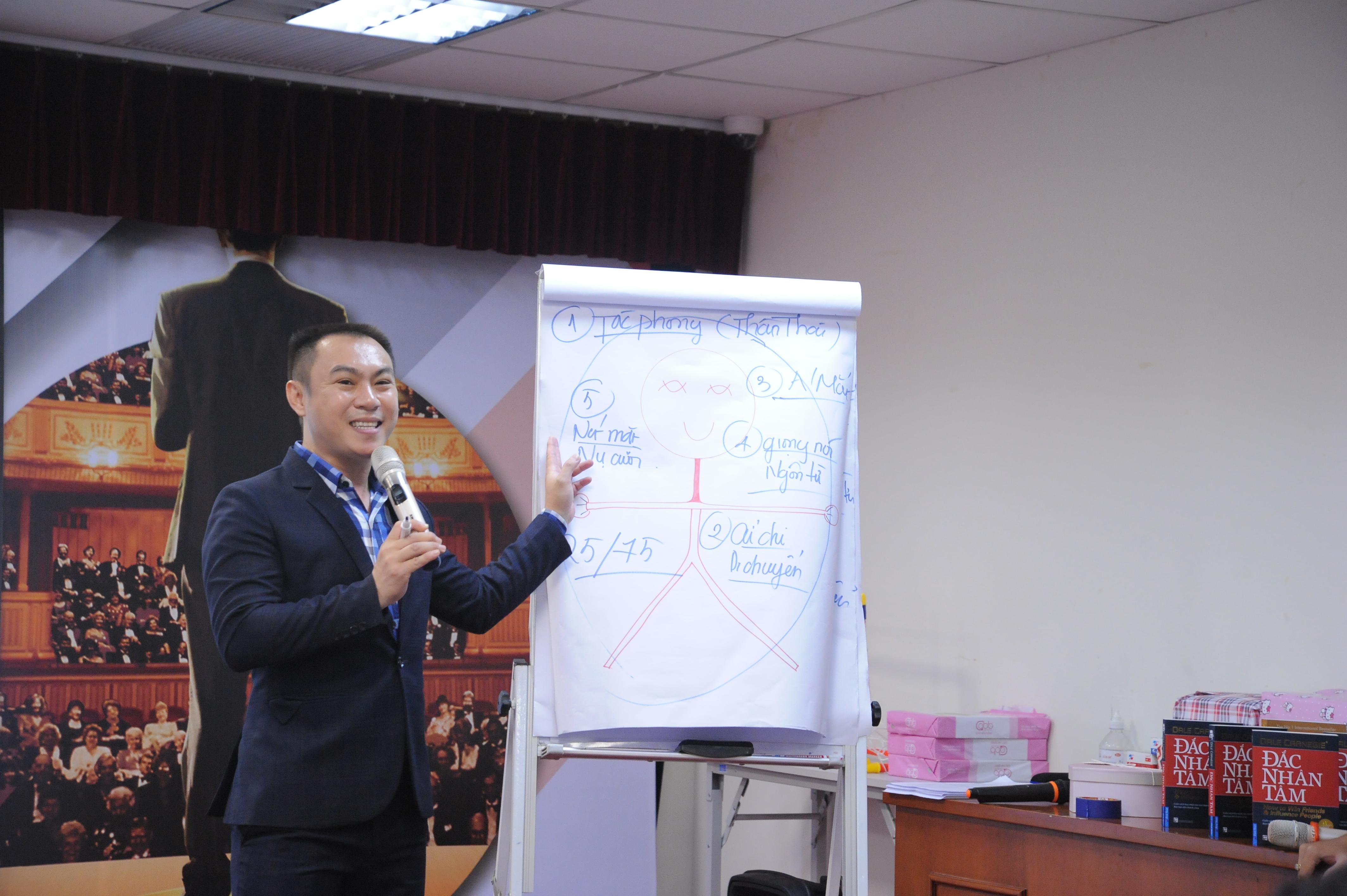 """Chia sẻ về """"bí quyết"""" để một bài thuyết trình đạt hiệu quả tối ưu, anh Nguyễn Văn Vạn cho hay, ngoài việc chuẩn bị kỹ nội dung, luyện tập thường xuyên (trước gương, quay video, diễn thử) và tạo tinh thần thoải mái trước khi diễn thuyết, người thuyết trình cần trau dồi và hoàn thiện 5 yếu tố trong khi trình bày, gồm: tác phong (thần thái), cử chỉ - di chuyển, ánh mắt, giọng nói - ngôn từ và nét mặt - nụ cười. Thần thái thể hiện qua sự tự tin. Việc di chuyển cần giữ khoảng cách phù hợp với máy chiếu, bảng biểu; tránh quay lưng lại với khán giả. Ánh mắt không nên chăm chăm nhìn 1 hướng, ngước lên trần nhà, mặt đất hay ngó nghiêng liên tục. Người truyền đạt cần nói với chất giọng vừa đủ nghe, tròn vành rõ chữ và sử dụng ngôn từ phổ thông, đại chúng trong diễn tả. Cuối cùng là khuôn dung tươi tỉnh, nụ cười cần tươi để tạo thiện cảm, tinh thần lạc quan. Như vậy, người nghe sẽ cuốn hút và ấn tượng với bài thuyết trình."""