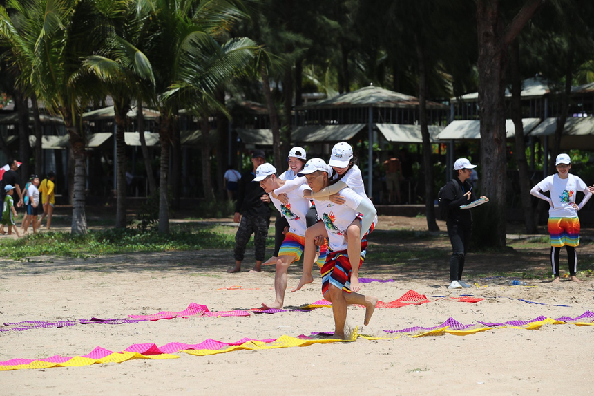 """Trò chơi """"Thách thức giới hạn"""" yêu cầu mỗi đội thực hiện lần lượt các thử thách liên hoàn gồm chạy tiếp sức trên thảm massage đoạn đường 10m, vừa chạy vừa nhảy dây, vừa chạy vừa cõng thêm một thành viên của đội."""