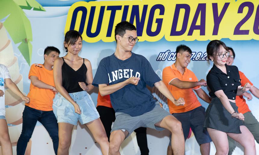 Tạm quên đi công việc hằng ngày đòi hỏi sự tập trung cao độ, các thành viên thỏa sức sáng tạo với các vũ điệu hài hước, vui tươi.