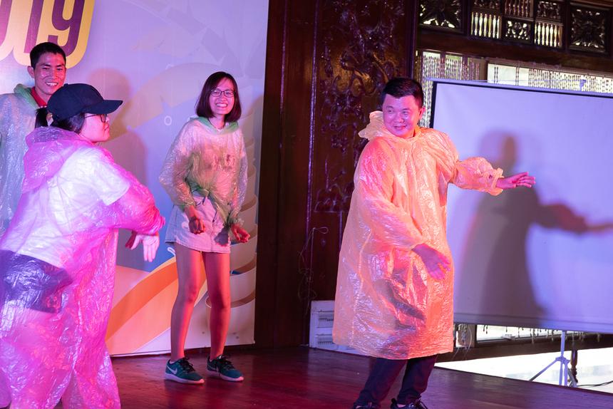 Những chiếc áo mưa tiện lợi có thể trở thành đạo cụ cho các phần trình diễn và mang lại những tiếng cười cho khán giả.