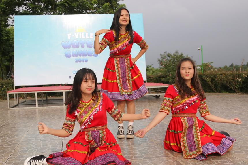 Không thể thiếu trong mỗi sự kiện của nhà Phần mềm là tiết mục nhảy warm-up đến từ các cô gái của F-Ville Dance Club.