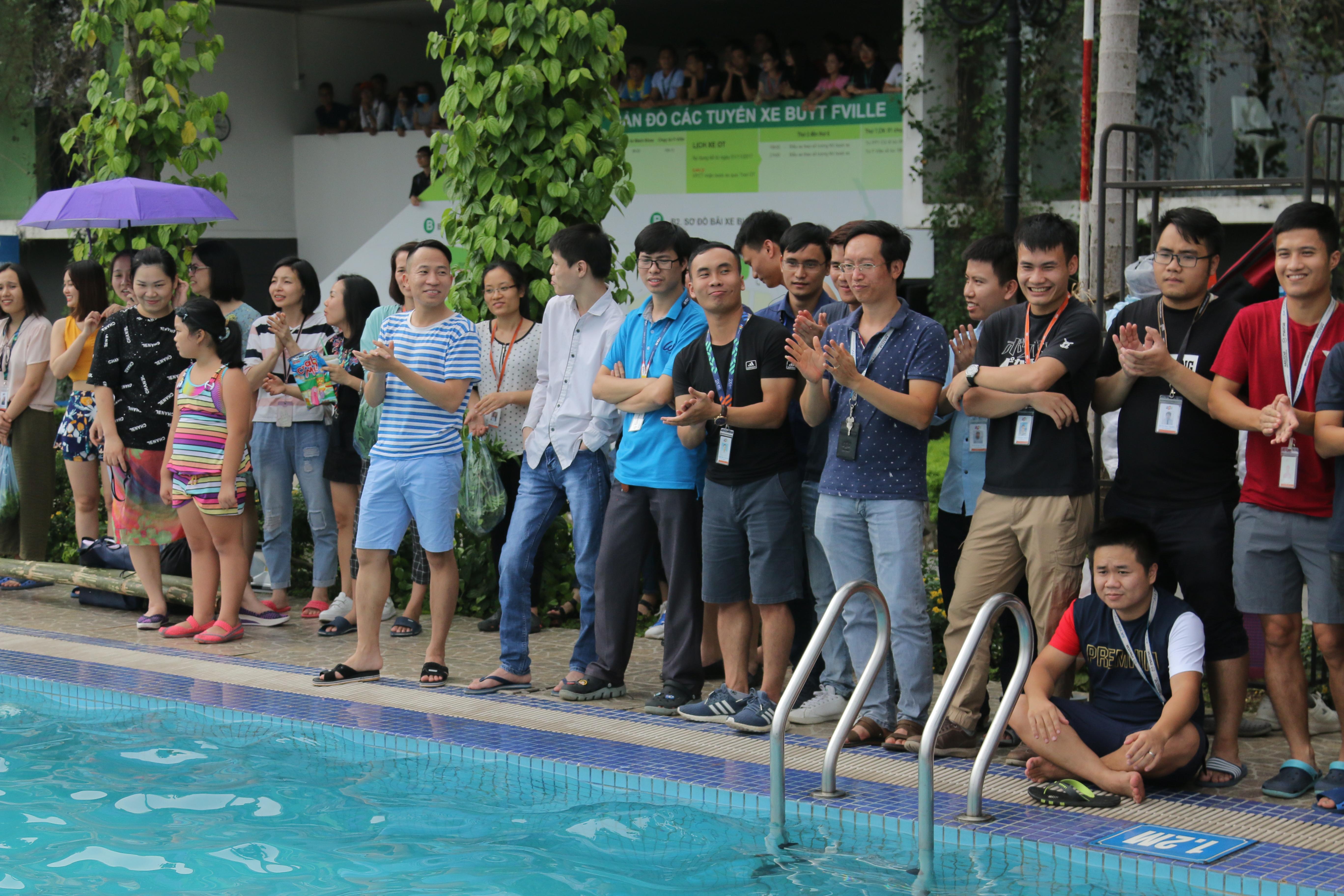 Cuộc thi không thể thiếu những khán giả cuồng nhiệt và cổ vũ cho 'gà nhà'.