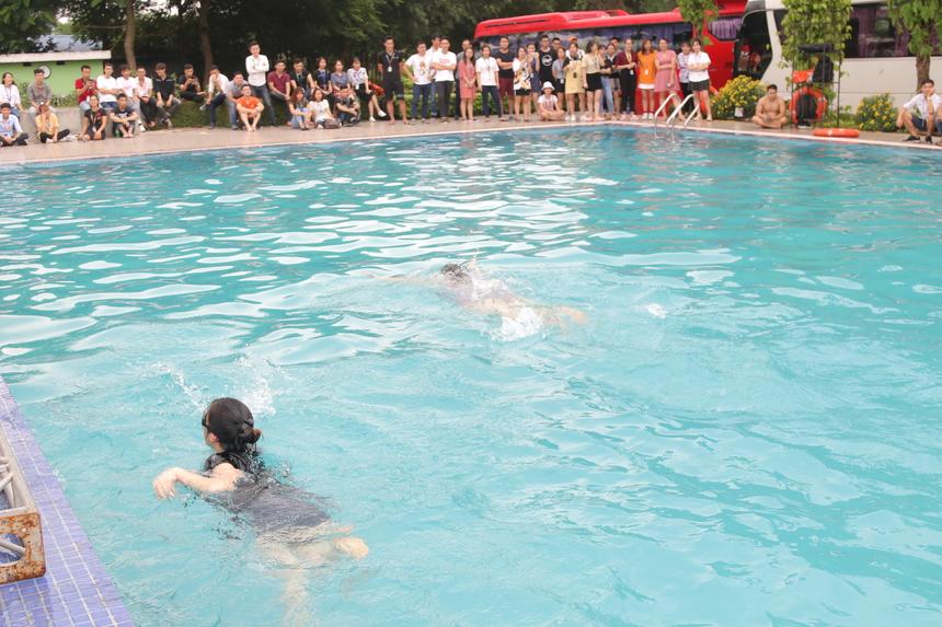 Phần thi 50m nữ diễn ra gay cấn và hồi hộp, các tràng vỗ tay thán phục dành cho các nữ VĐV với tài năng bơi lội. Cán đích đầu tiên là chị Nguyễn Thị Hiền (FWA.FA) với thành tích 55s87 và nhận 2 triệu đồng. Về Nhì là chị Vương Minh Hương (FQC.HN5) với 1p02 và nhận 1 triệu, hạng Ba là chị Lê Thị Hồng Nhung (FHO.LRC) với1p17, nhận 700.000 đồng. Giải Khuyến khích là 2 VĐV Nguyễn Minh Huyền (IVS.Z2), Vũ Thị Ngọc Anh (GTS.EMS) đều nhận 500.000 đồng.
