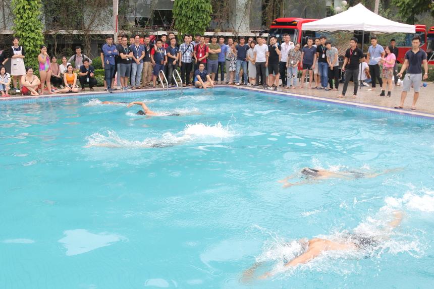 Sau khi nghe phổ biến về luật chơi, các vận động viên nam thi bơi thể thức 100m. VĐV sẽ thi đấu ở thể thức vòng loại trực tiếp, 'kình ngư' về nhất mỗi trận sẽ vào vòng chung kết. Ngoài ra, VĐV về nhất còn nhận được 100 Utop (tương đương 100.000 đồng).