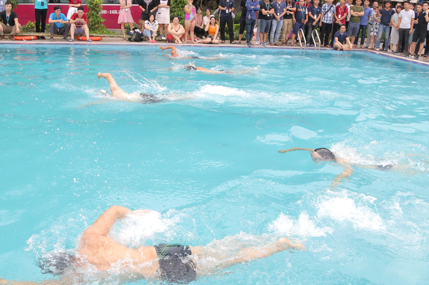 Chung kết bơi nam là cuộc đọ sức 5 VĐV với cuộc chiến không khoan nhượng từng khoảng cách trong tiếng reo hò phấn khích càng làm cho không khí nóng hơn.