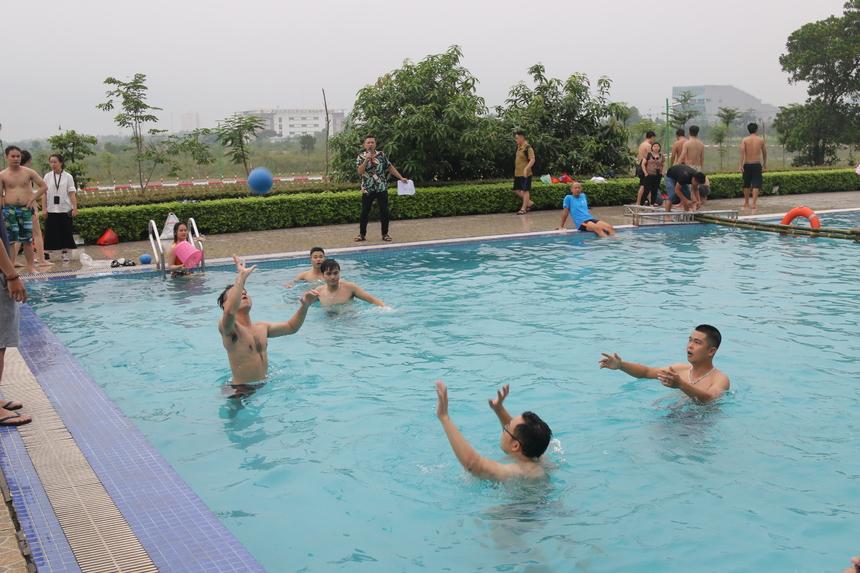 Với môn bóng ném dưới nước,các vận động viên thi theo nhóm, mỗi đội khoảng 4-6 người chơi. Cũng giống như bóng sọt, đội nào ném được nhiều bóng vào sọt nhất sẽ dành chiến thắng trong thời gian 5 phút.