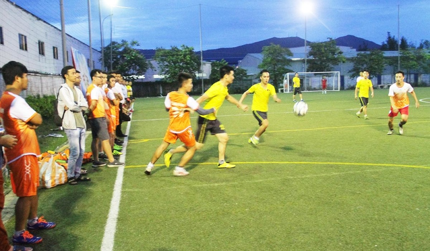Ngược lại, Synnex FPT càng đá càng hay. Hiệp 2 trôi qua được 5 phút, Thiện Nhân đã nâng tỉ số lên 2-0 bằng một siêu phẩm đá phạt hàng rào bên cánh phải. Chưa dừng lại, Duy Hiếu và Hữu Đạt mỗi người ghi thêm một bàn để ấn định chiến thắng 4-0 cho đội bóng áo vàng. Ở trận đấu còn lại, FPT DPS và Liên quân chạm trán nhau ở lượt trận thứ hai. Được đánh giá cân sức cân tài, cả hai đội chơi thận trọng và tạo thế trận giằng co hấp dẫn. Nhưng với đội hình trẻ cùng thể lực tốt, FPT DPS là đội tạo ra được nhiều tình huống ăn bàn. Rất tiếc trong một ngày thiếu may mắn và độ chính xác nhất định, hai đội đã cầm chân nhau với tỉ số 0-0.