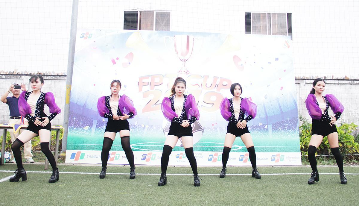 Những cô gái Cheer girls mang tới sân bóng đá FPT Massda những giai điệu bốc lửa để cổ động tinh thần cho 6 đội thi đấu tại giải Cup 13/9 miền Trung 2019.