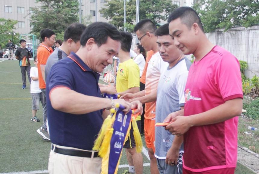 Anh Huỳnh Tấn Châu, GĐ Khối văn phòng FPT Edu tại Đà Nẵng, cùng các lãnh đạo tại miền Trung xuống sân trao cờ lưu niệm và băng thủ quân cho 6 đội trưởng.