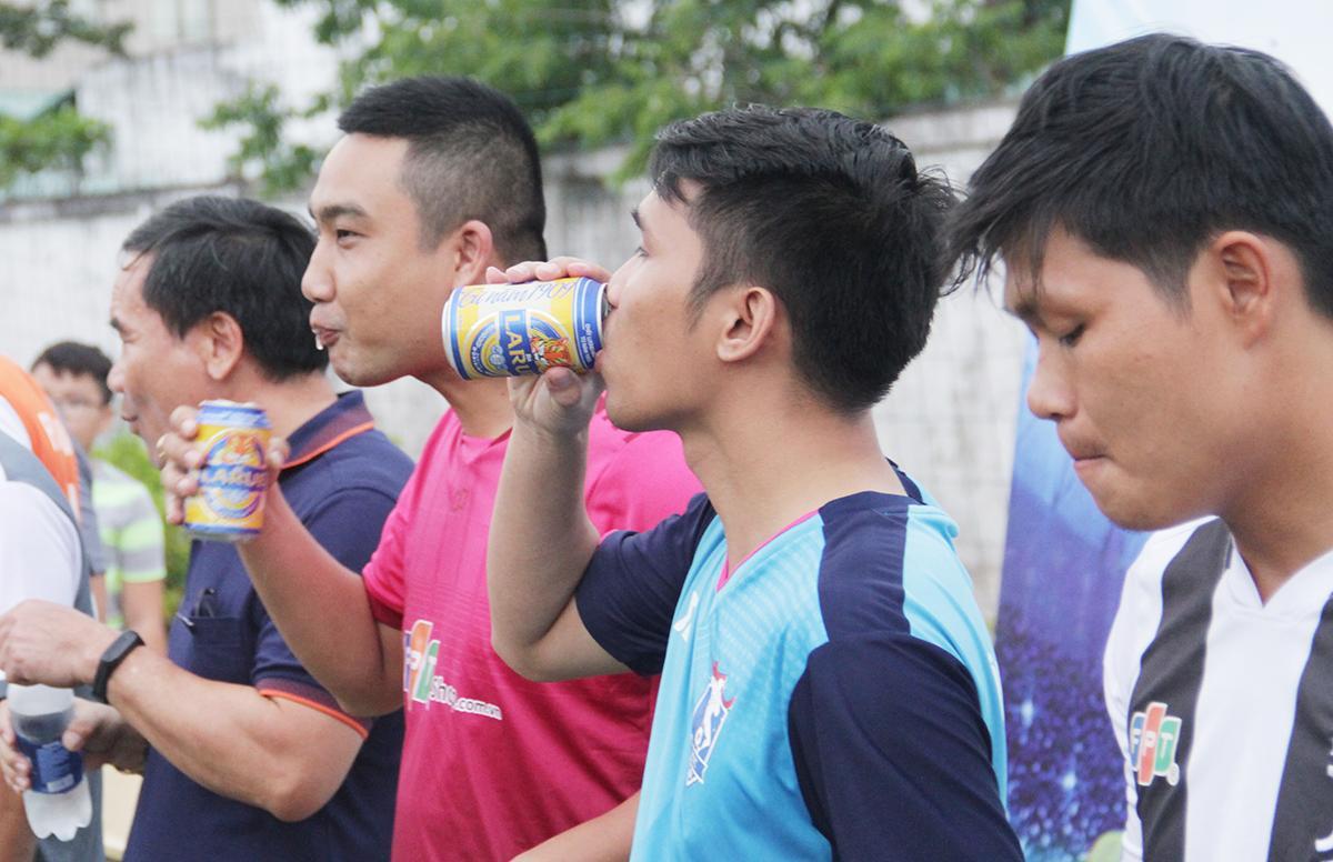 Ban tổ chức phát bia cho 6 đội trưởng cùng lãnh đạo để chúc mừng giải đấu thành công.