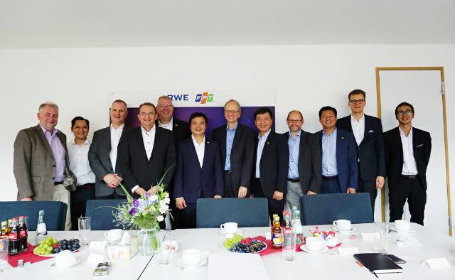 Đại diện FPT và RWE cùng ký thỏa thuận hợp cung cấp dịch vụ tại Đức. Ảnh: ĐVCC