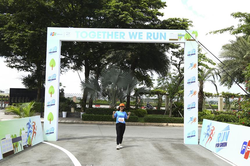 Nguyễn Thị Trà Mi (SBD 1159) là VĐV đầu tiên check-in, nhận trang phục. Cô gái đến từ đơn vị EBS chia sẻ thời gian qua đã hoàn tất hơn 80km thử thách.