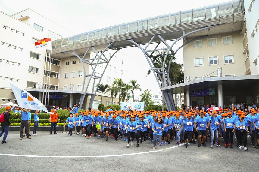 """650 VĐV tương đương với 65 nhóm chạy đến từ nhiều đơn vị khác nhau của FPT Software HCM. Bên cạnh giải thưởng dành cho 2 nam và nữ runner có thành tích tốt nhất, BTC """"Run For Green"""" còn tổ chức thi giữa các nhóm với nhau."""