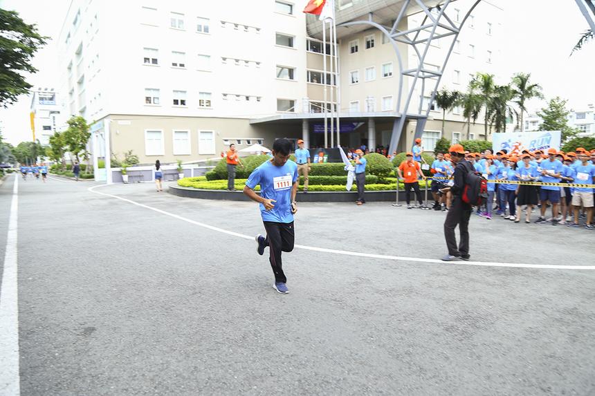 Trong tốp chạy đầu tiên, anh Hứa Quốc Hùng (đơn vị EBS) đã liên tục dẫn đầu và bỏ xa các VĐV khác. Anh Hùng là runner từng tham gia nhiều giải Marathon với thời gian khá thấp.