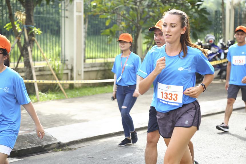 """VĐV Tomkova Katarina (đơn vị FHO) đến từ Slovakia cũng tham gia đường chạy Run For Green. Katarina thường xuyên tham gia các hoạt động phong trào của FPT Software, cô đã đạt giải Nhì cuộc thi """"Người đẹp Áo dài"""" tại hội diễn Sao Chổi phía Nam 2019."""