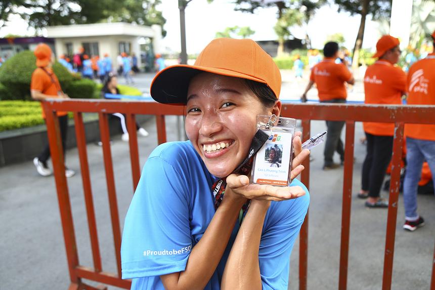 """Mang số đeo 1062, chị Cao Lý Phương Trinh (đơn vị GST) là một trong nữ VĐV đầu tiên về đích, hoàn tất chặng đường 4,2km. Dù thở hổn hển vì khá mệt nhưng chị vẫn cười tươi vì """"tham gia chạy và lại về đích sớm trước nhiều người đã là một niềm vui""""."""