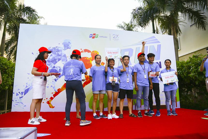 """Ở hạng mục đồng đội, đội thi 27 đến từ đơn vị FGA đã giành giải Ba, đội số 46 (đơn vị FHM) đã về Nhì và giải Nhất thuộc về đội đua số 64 của đơn vị FHM GHS do anh Trương Thế Hữu làm đội trưởng. Với khoảng 650 VĐV tham gia đường chạy 4,2km, """"Run For Green"""" FPT Software HCM đã góp vào thành tích chung khoảng 2.600 km."""