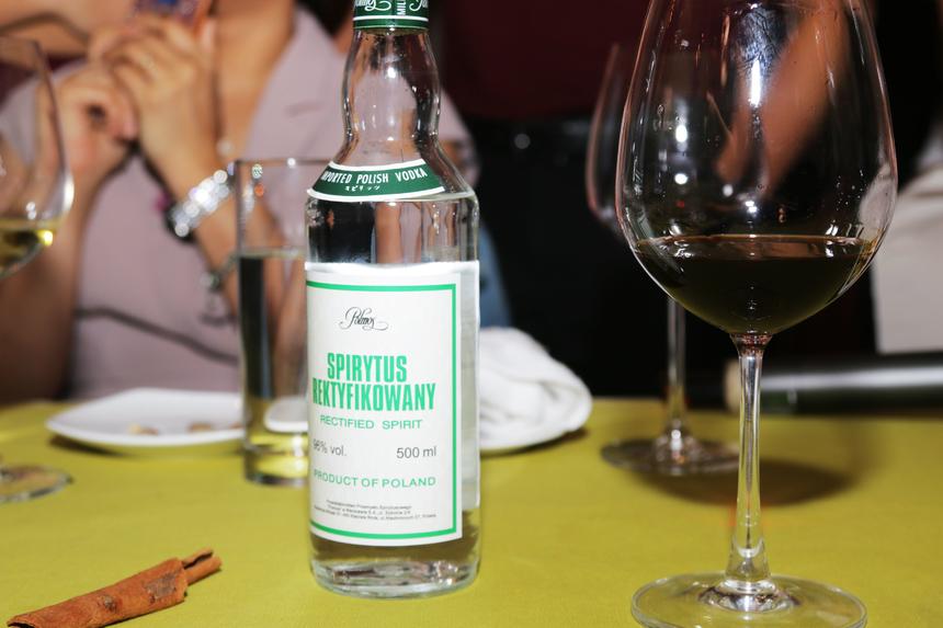"""Đặc biệt, loại rượu có độ cồn cao nhất (96%) xuất xứ Ba Lan cũng được mang ra chiêu đãi các cá nhân OKR xuất sắc. Tuy nhiên, mỗi người chỉ được uống thử 1 ly nhỏ để đảm bảo sức khoẻ. """"Tôi cảm thấy đường đi của rượu trong người"""", anh Chu Thế Anh - GĐ Kinh doanh Dữ liệu Trực tuyến (ODS - Viễn thông quốc tế) chia sẻ. Trong khi đó, Cao Văn Việt - Ban cải tiến năng suất (PID) của nhà Phần mềm cho biết, anh vẫn thích dùng đồ ăn Việt với rượu gạo của Việt Nam. """"Có lẽ thế sẽ hợp khẩu vị hơn""""."""