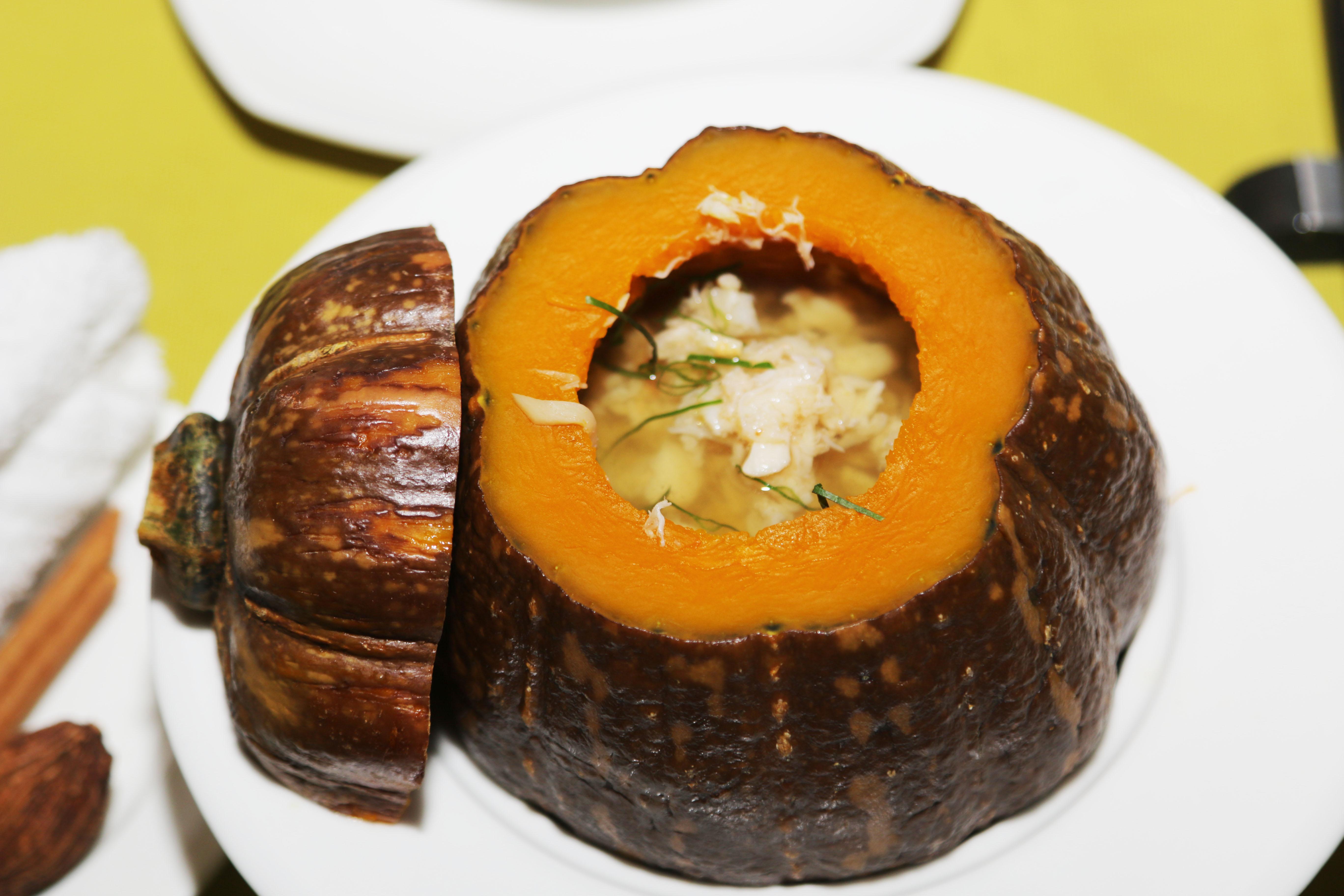 Để thiết đãi các cá nhân OKR xuất sắc, các món ăn được chuẩn bị theo phong cách Việt. Khai vị bằng soup bí ngô cua. Những thớ thịt cua được gỡ mỏng thành sợi kết hợp cùng bí ngô tạo cảm giác thanh đạm. Hơn nữa, lấy bí ngô làm chủ đạo tạo cảm giác gần gũi, kỳ diệu.